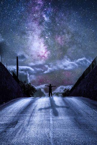 ... Todos estamos hechos de polvo de estrellas. La materia que te forma a ti hoy es el resultado del polvo estelar que permanece cuando una estrella muere. ¡Solo imaginatelo! Millones de estrellas, miles de veces mas grande que nuestro sol, llegando al punto que sus fusiones nucleares hacen que colapse por la gravedad, provocando que elementos importantes para la vida sean expulsados. Ese polvo se acumula por gravedad y forma los planetas y con el tiempo los seres vivientes y a los humanos.