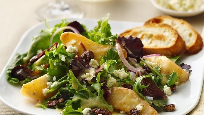 ... in just 25 minutes! Pear and gorgonzola salad with caramelized pecans