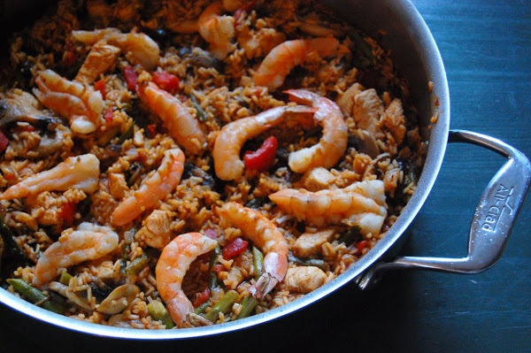 PAELLA WITH CHICKEN, SHRIMP, MUSHROOMS AND ASPARAGUS