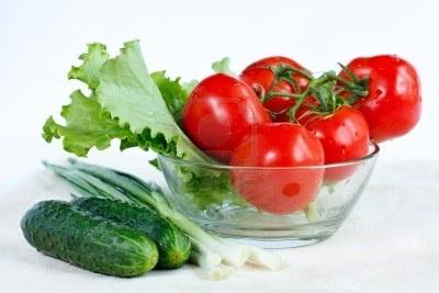 Rama de tomate fresco, pepino, lechuga, cebollas verdes en un alimento con vitamina ensalada de plato saludable Foto de archivo