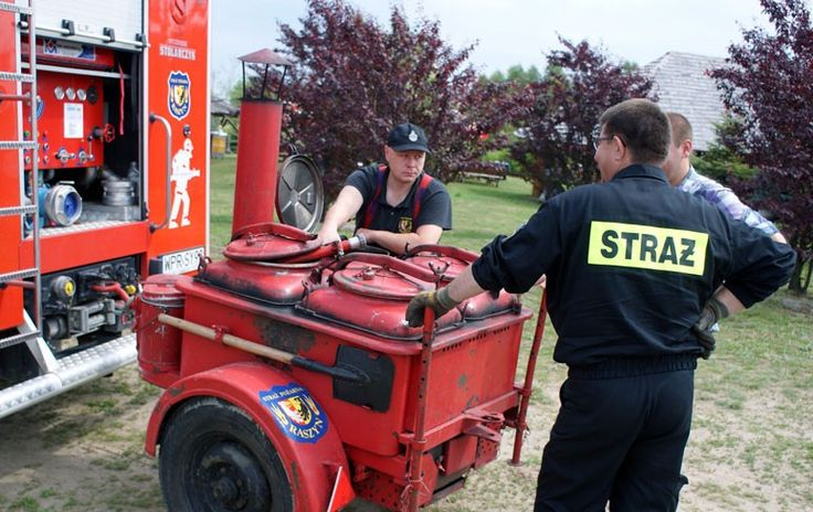 Strażacy z Raszyna ustawiają kuchnię polową.