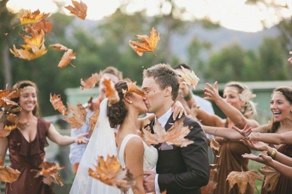 encanta la idea de una lluvia de hojas - y mostrando las damas de honor que lanzan en el fondo es super lindo!  - Lara Hotz Fotografía