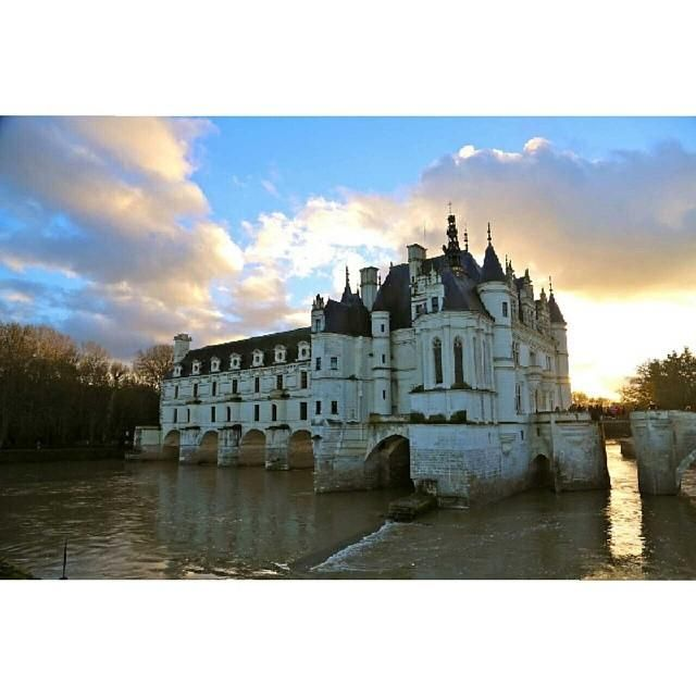 Sunset over the fairy tale chateau de chenonceau in the for Castles to stay in france