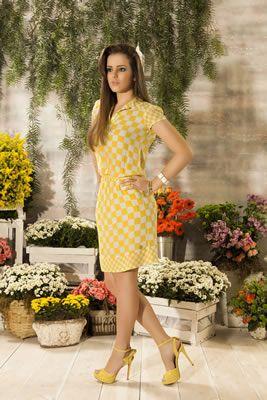 vestido na cor amarela com detalhes...