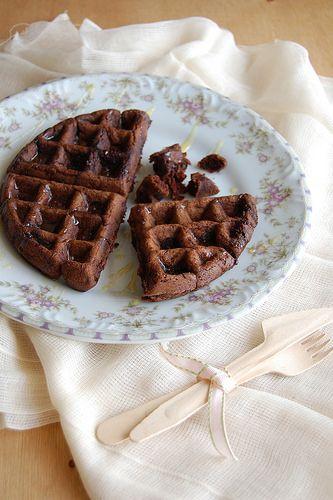 Dark chocolate waffles / Waffles de chocolate by Patricia Scarpin, via ...