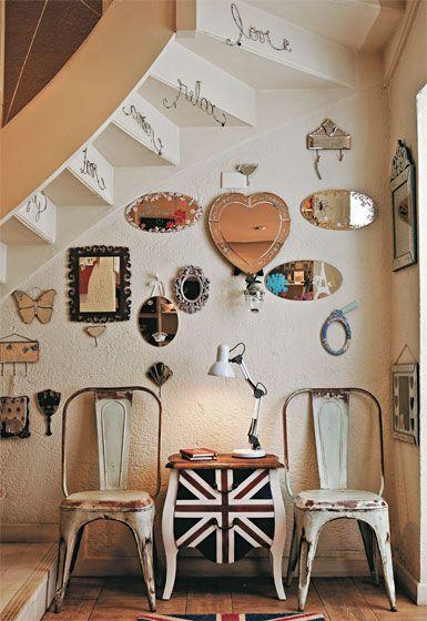 Uma profusão de espelhos variados enfeita a parede.