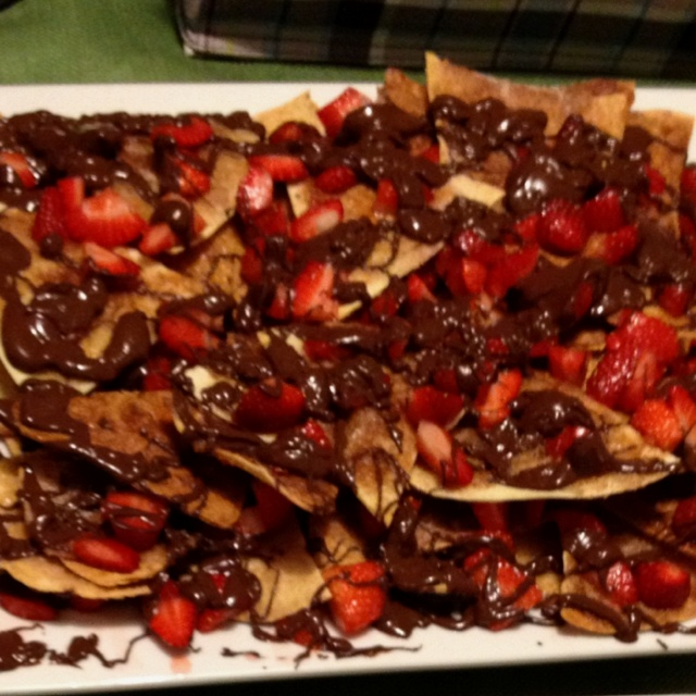 Chocolate strawberry nachos on cinnamon sugar chips... So easy and ...