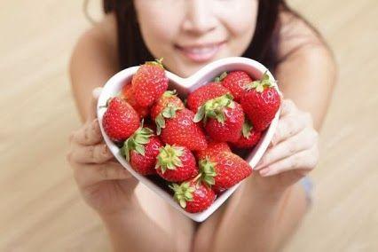 6 propiedades de la fresa que no conocías.  Las fresas o frutillas son tan exquisitas como nutritivas y saludables para el organismo, por su aporte de agua, anti-oxidantes, vitaminas C, B6, K, fibra, ácido fólico, potasio y aminoácidos. Par...Ver más