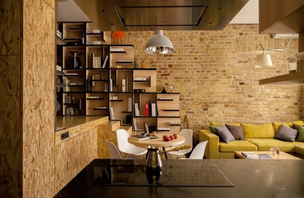 ziegelwand wohnzimmer:ziegelwand-im-wohnzimmer-warme-farben- schönes regalsystem – Warme