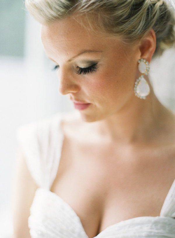 stunning earrings on the Bride  Photography by gabeaceves.com