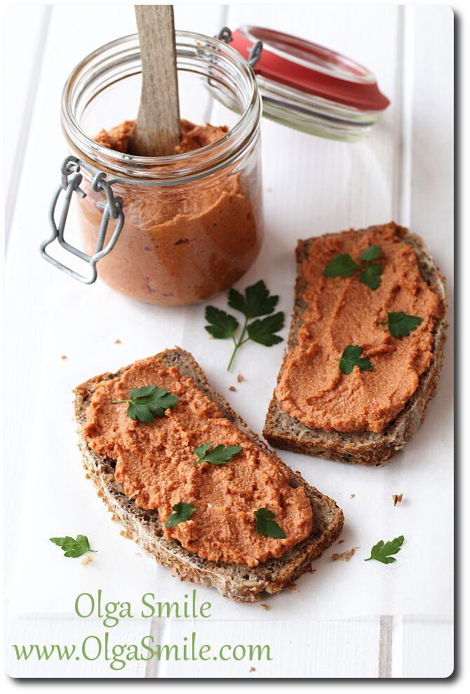 Pasta do chleba na bazie ziaren słonecznika, pieczonej papryki i curry