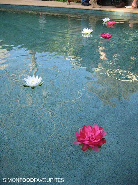 How to Make Floating Flowers for a Swimming Pool