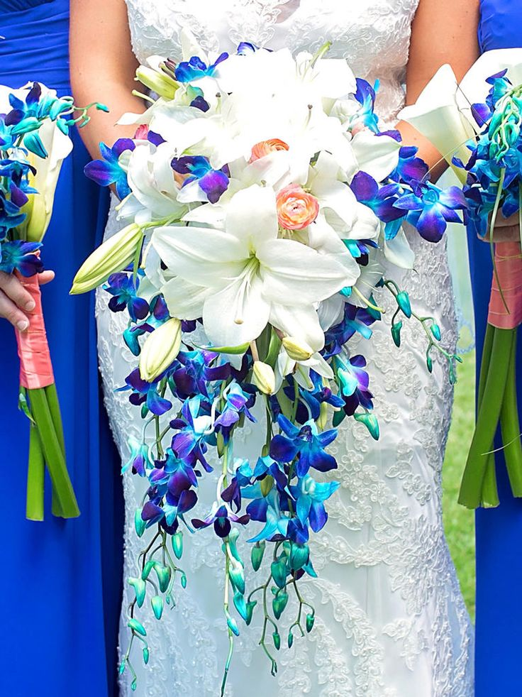 CASCADING WEDDING BOUQUETS ARE MAKING A STUNNING RETURN