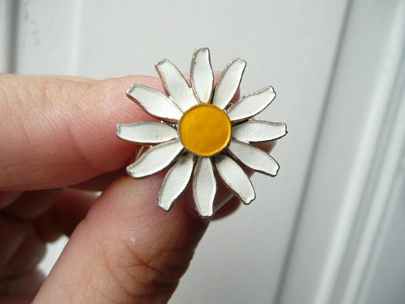 La Petite Marguerite cocktail ring- daisy flower - yellow and white e ...