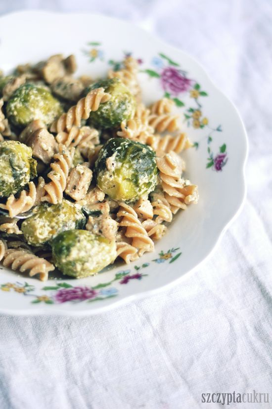 ... brussel sprouts / / Pasta with lemon pepper sauce and brussels sprouts