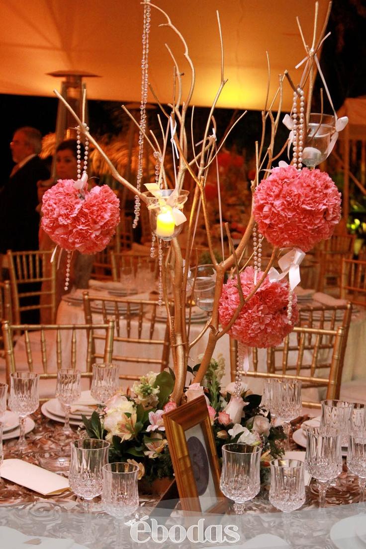 Arreglos con ramas y copones, adornados con perlas y listones #ebodas #WeddingIdeas