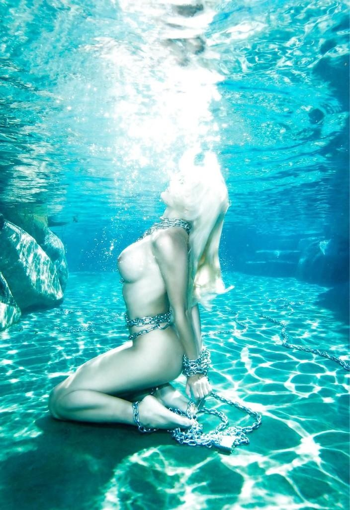 holly madison underwater naked