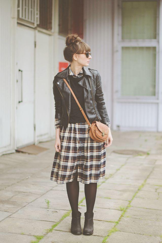 レザージャケットとスカートのコーデ