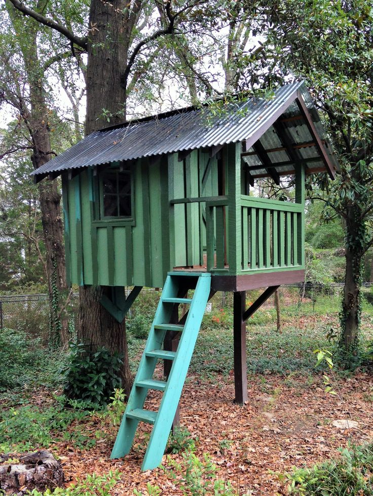 Backyard Treehouse Without Tree : Kids simple tree house we made from salvaged material