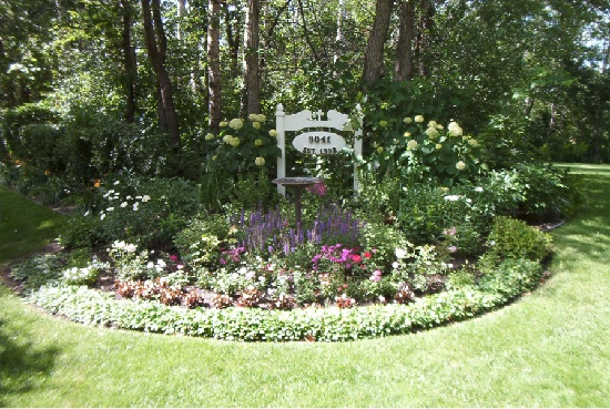 A round flower bed design everything outdoors pinterest - Circular flower bed designs ...