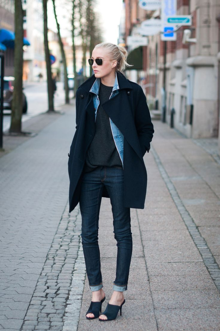 紺色コートとデニムシャツ
