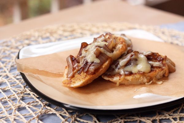 French Onion Crostini | party food | Pinterest