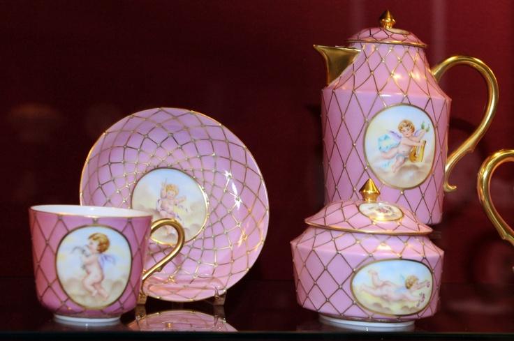 Főúri készletek, egyedi mesterművek, eredeti kéziratok, levelek, és a Képes Krónika 19. századi nemes másolata is látható többek között a gazdag kiállításon, amely felsorakoztatja a világhírű herendi porcelánok és a könyvtár egyedülálló gyűjteményében található művek legszebb, legkülönlegesebb darabjait.  http://www.oszk.hu/kiallitasok/ragyogas-porcelan-es-konyvritkasagok