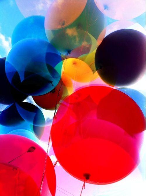 yobaretetobidete:    Balloons (via tubes.)
