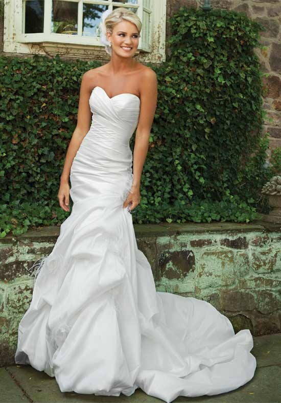 Sweetheart neckline, fitted bodice.