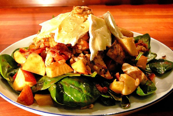 spinach, chicken, bacon brie salad w red wine vineagrette
