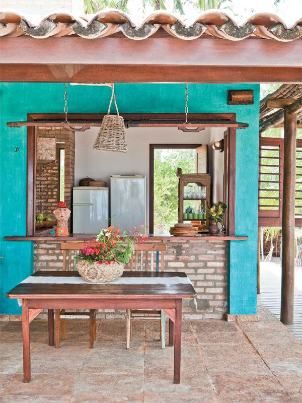 Cores vibrantes marcam presença em todos os ambientes da casa e até na fachada.