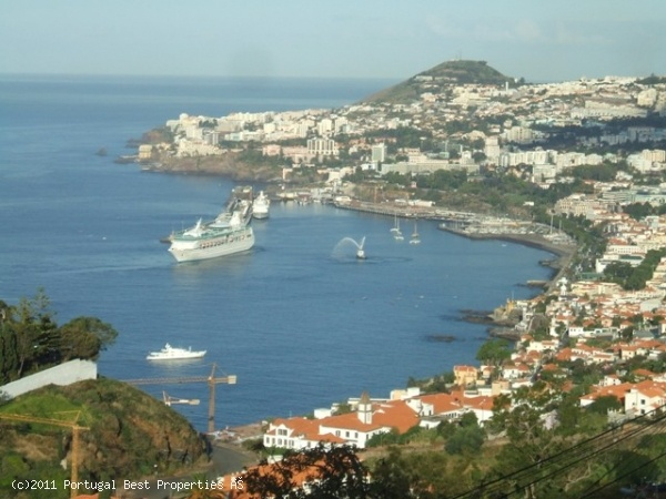 3 bedroom apartment with sea view in Funchal, Madeira Island, Portugal - Near the heart of Funchal, a prestigious area, quiet, with stunning views over the sea, with a large yard, terrace, several recreational areas. - http://www.portugalbestproperties.com/component/option,com_iproperty/Itemid,7/id,969/view,property/#
