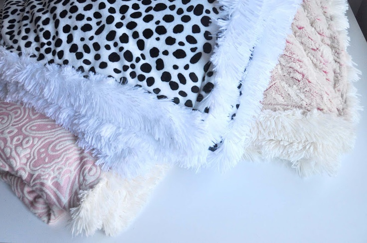 Super cuddly DIY blankets from  Aesthetic Nest