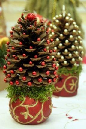 As bolas e pinhas usadas no Natal passado agora podem servir para compor uma mini-árvore natalina http://vilamulher.terra.com.br/artesanato/galeria-de-ideias/decoracao-de-natal-com-itens-basicos-17-1-7886462-281.html #DIY #xtimas #natal #christmas
