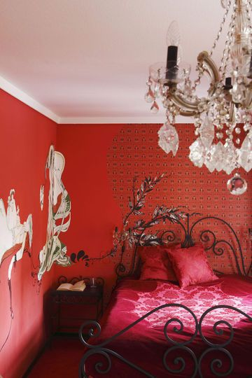 Idee Deco Salle De Bain A Faire Soi Meme : dont like the walls, but all this red + chandelier is PERFECT