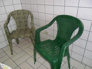 Casa da Dadá: Forrar ou Pintar Cadeira de Plástico?