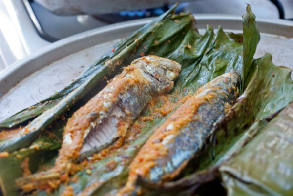 Grilled fish with banana leaves, step by step
