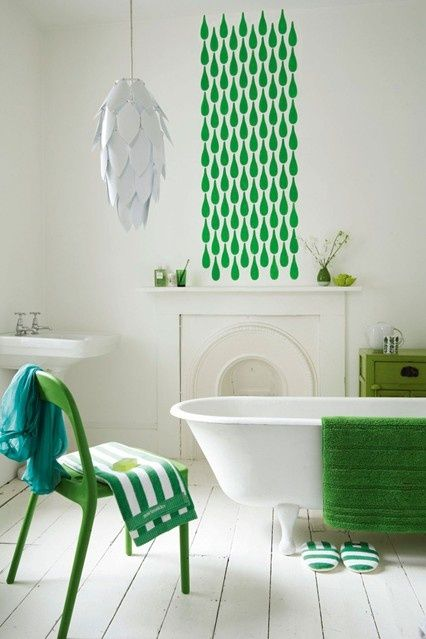 Une salle de bain blanche rétro dynamisée par des touches de vert gazon...