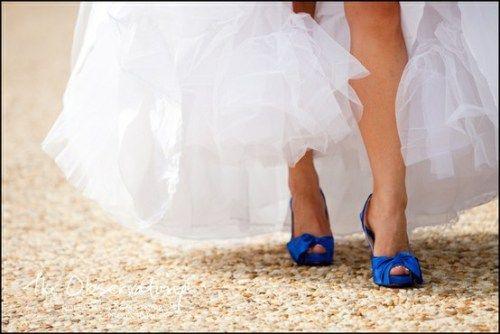 Novia con zapatos de color. http://riomarfotografosdeboda.com