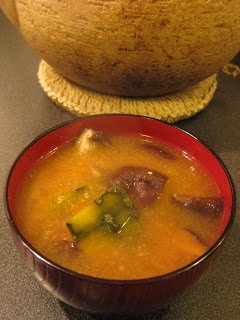 SOPA DE MISO CON SHIITAKE, NABO Y WAKAME/Miso soup with shiitake, NABO ...