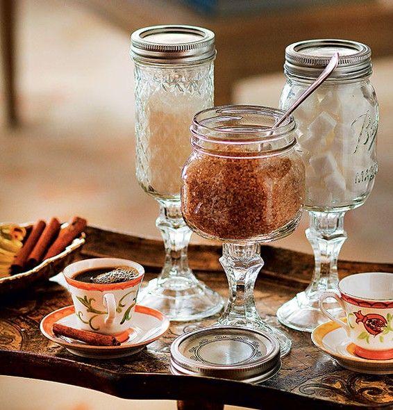 Não sabe qual tipo de açúcar seu convidado prefere? Ofereça os três em potinhos graciosos como esses