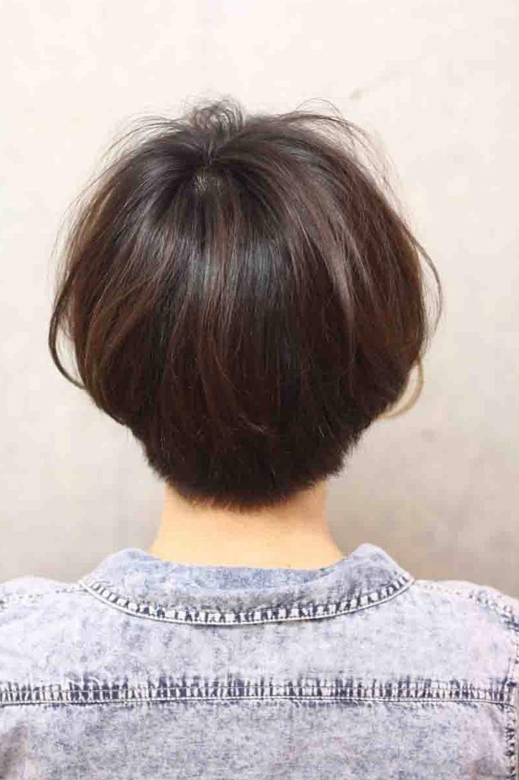 女生直短发背影