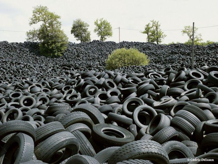 """Cette série de clichés intitulée """"Nous Resterons sur Terre"""" est réalisée par le photographe français Cédric Delsaux."""