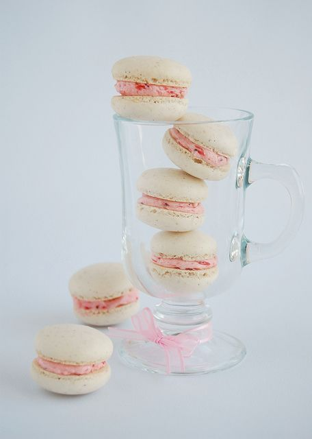 Vanilla bean macarons with roasted strawberry buttercream / Macarons ...