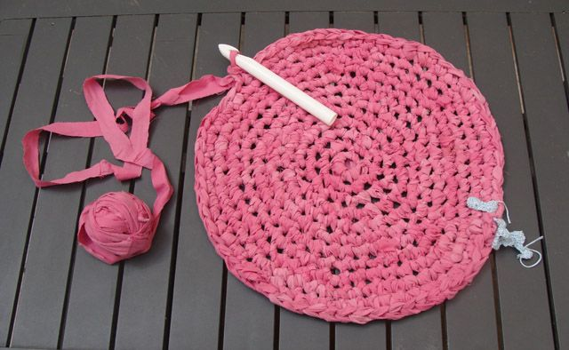 upcycle old sheets and crochet a rug