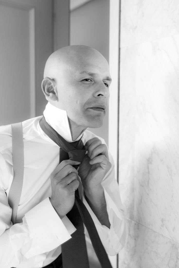 Novio mirándose la corbata en el espejo