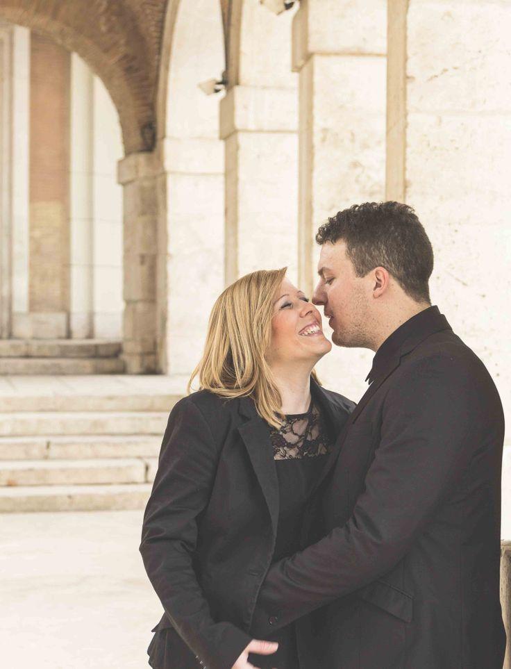 fotografía pre boda en la plaza de la Mari Blanca en Aranjuez