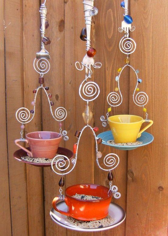 forquilhas de idade.  um pouco de arame, xícaras e pires e algumas jóias ... grande alimentador do pássaro