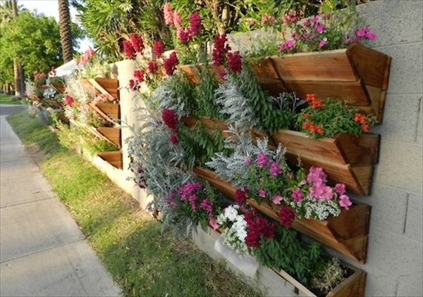 Recycled pallet vertical garden recycled pallets for Vertical pallet garden