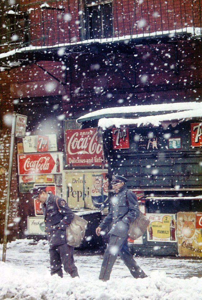 By Saul Leiter, 1952, postmen. Courtesy: Saul Leiter, Howard Greenberg Gallery, New York. #photographe #saul #leiter